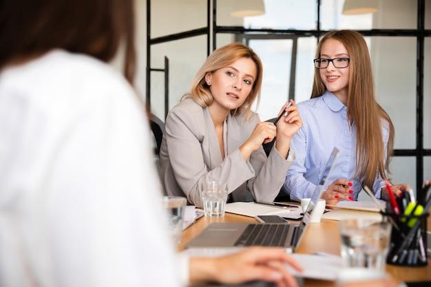 職場の会議で正面の女性