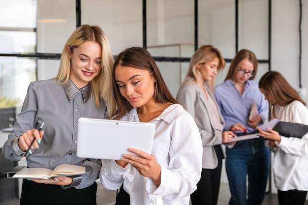 Встреча команды вид спереди с женщинами в офисе