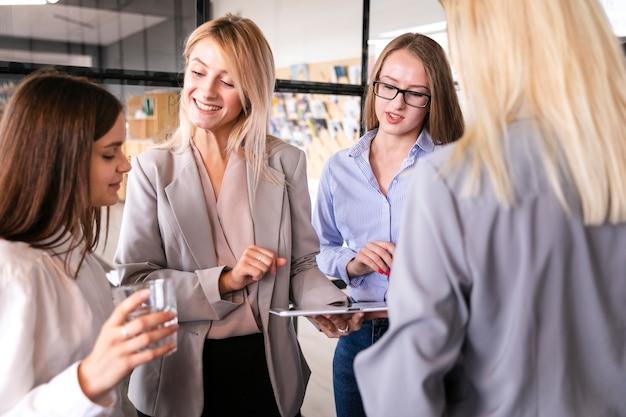 Вид спереди встречи женщин на работе