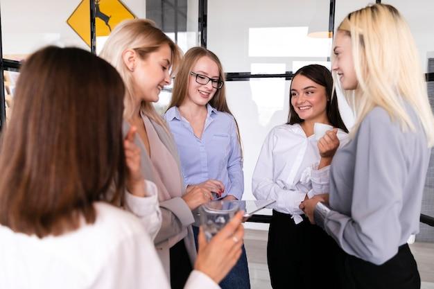 Смайлик молодая женщина на встрече в офисе