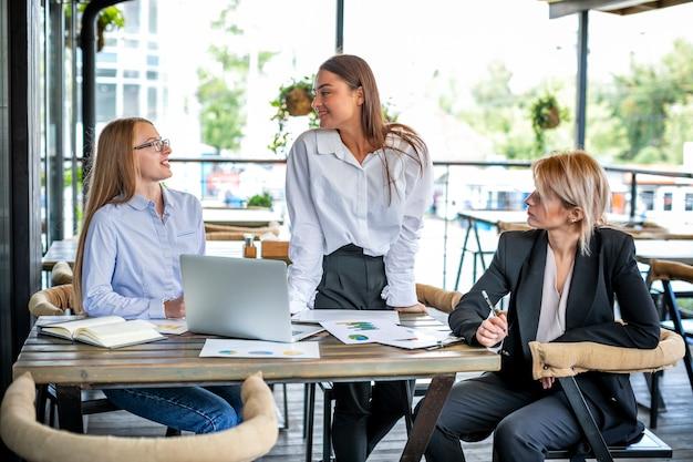 Высокий угол женщина на работе сотрудничество