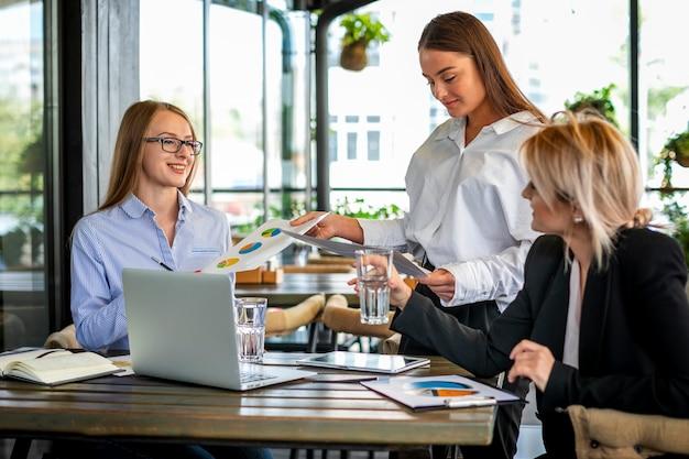 女性とのモックアップビジネス会議