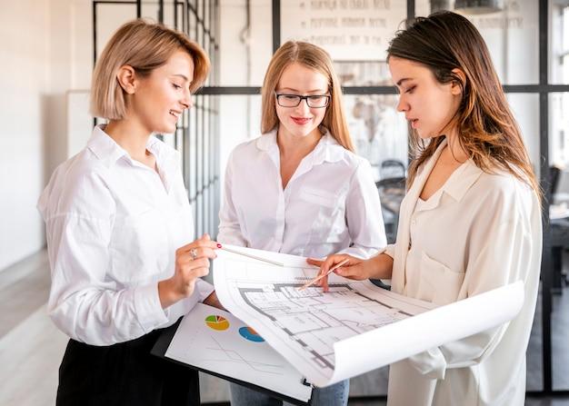Высокий угол женщин, работающих вместе