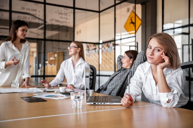 Низкий угол корпоративной встречи в офисе