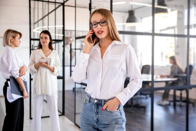 Вид спереди женского пола, выполняющего задания