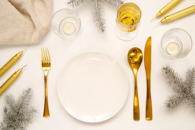 Золотые столовые приборы и копия космической тарелки
