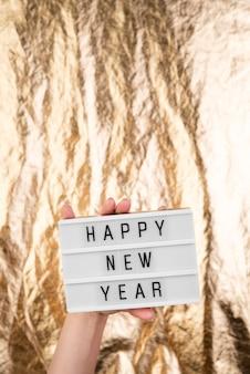 С новым годом тарелка с размытым золотым фоном