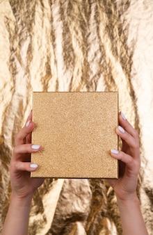 手で開催された空白の木製のモックアップ