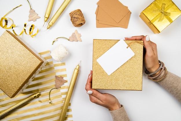 Вид сверху расположения подарочных коробок и оберточной бумаги