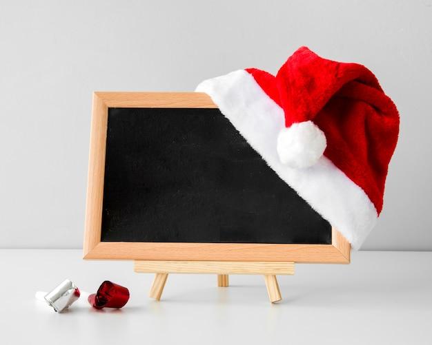 黒板のモックアップとサンタの帽子