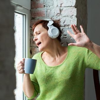 年配の女性が音楽を聴く
