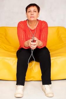 Женщина вид спереди слушает музыку