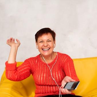 笑顔の女性が音楽を聴く