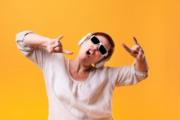 流行に敏感な女性がロック音楽を聴く