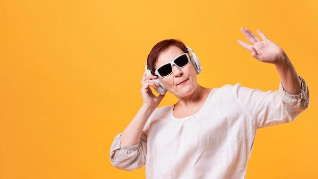 流行に敏感なシニア女性の音楽を聴く