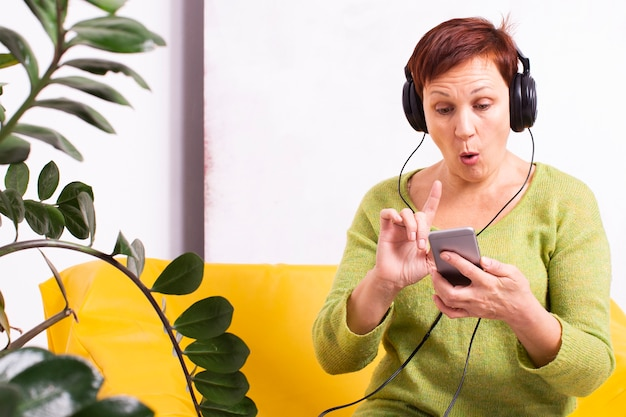 年配の女性が音楽を聞いてびっくり