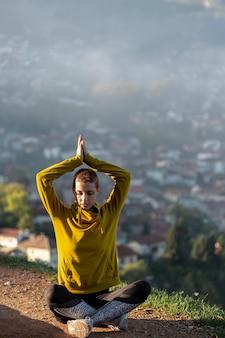 美しい女性瞑想フルショット