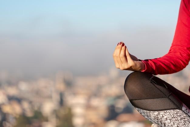 Медитирующая женщина крупным планом