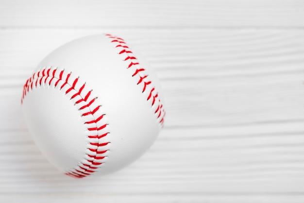 木製の背景にきれいな野球のクローズアップ