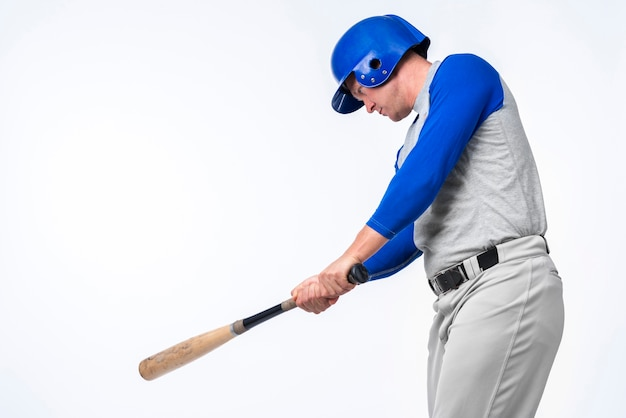 Человек играет с бейсбольной битой