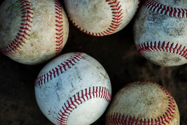Крупный план грязных бейсбольных мячей