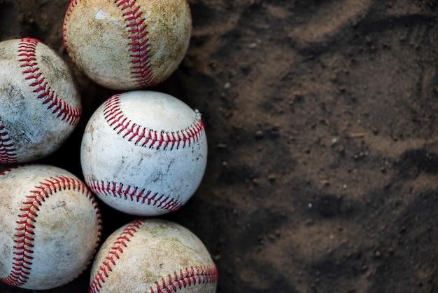 Крупный план грязных бейсбольных мячей с копией пространства