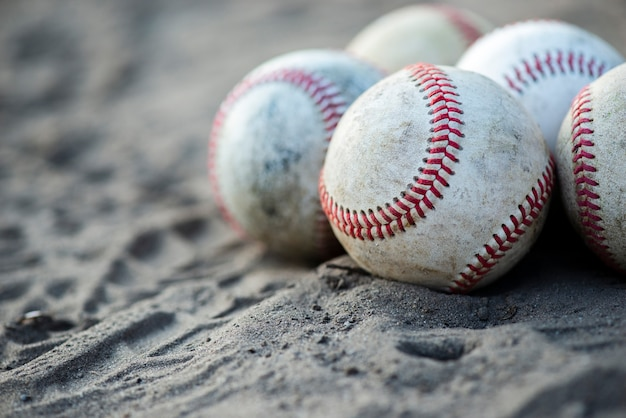 Вид спереди грязных бейсбольных мячей