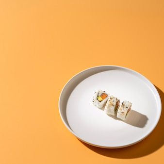 コピースペースとプレートの巻き寿司