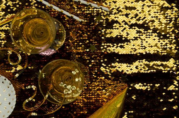 シャンパングラスの上面と金色の背景