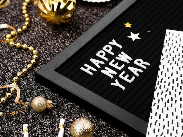 ゴールデンアクセサリーと新年のレタリング
