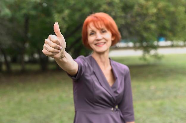 Портрет пожилой женщины с рыжими волосами