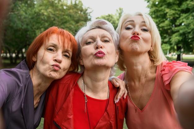 一緒に写真を撮る高齢者の女性