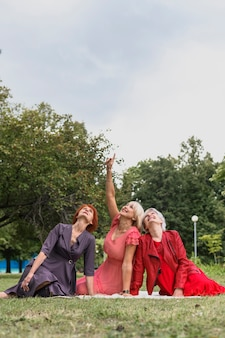 公園で友情を祝う高齢者の女性