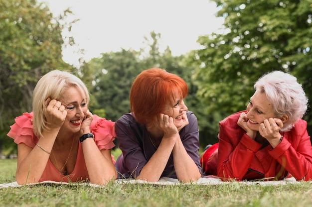 公園でクローズアップかわいい年配の女性