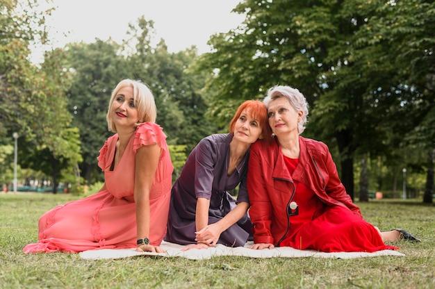 公園の正面高齢女性