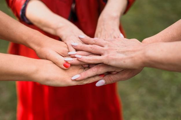 一緒に手を触れるクローズアップ女性