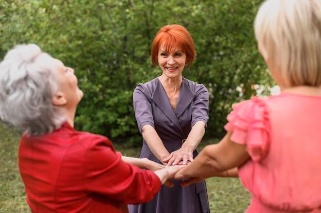 公園で友情を祝う年配の女性
