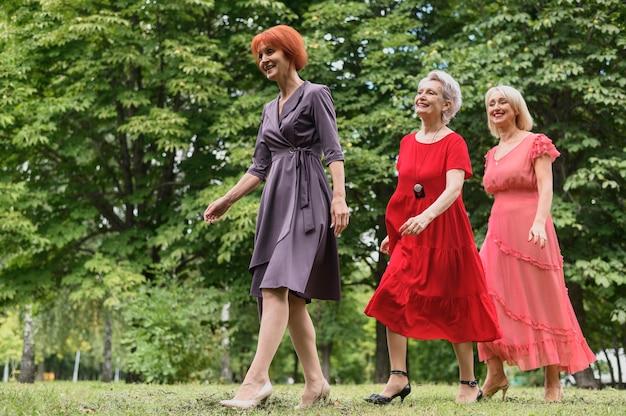 公園を歩いているエレガントな年配の女性