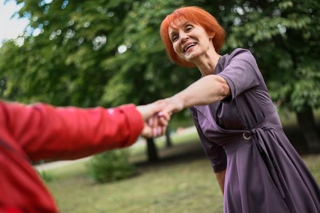 Крупным планом женщины держатся за руки