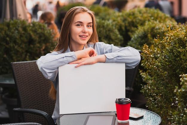 Женщина высокого угла на открытом воздухе для кофе