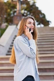 電話で話している思考の女性