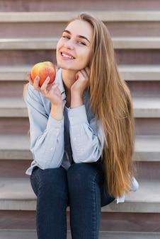 おいしいリンゴを持って笑顔の女の子