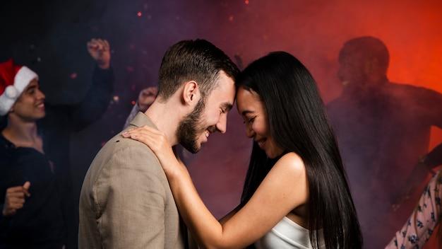 Средний снимок молодой пары танцует