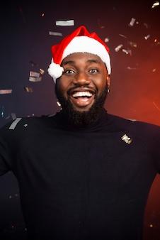 Портрет улыбающегося человека на новогодней вечеринке