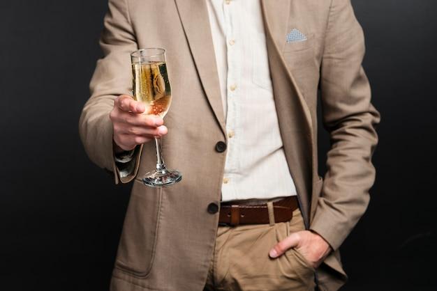 新しい年の乾杯男のクローズアップ