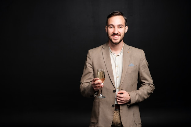 Элегантный мужчина тостов на новый год