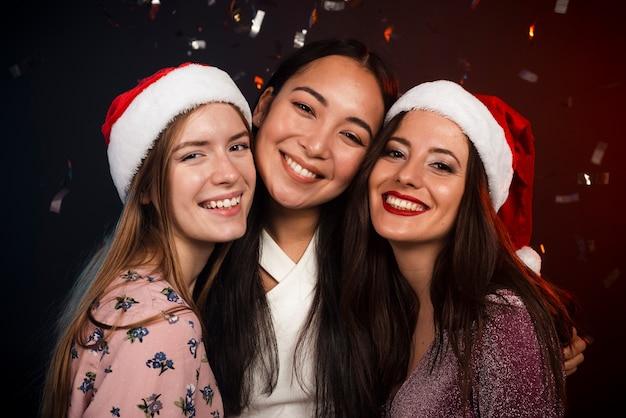 Друзья на новогодней вечеринке позируют