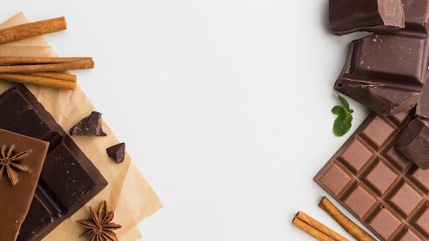 トップビューチョコレートとシナモンのスティック