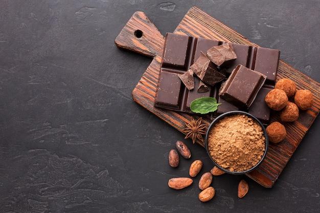 Вид сверху на плитку шоколада