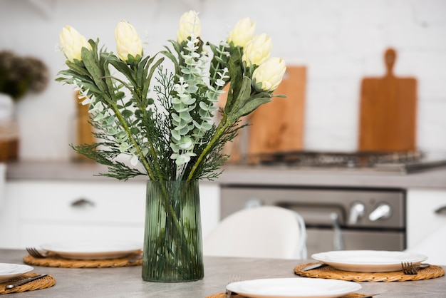 Вид спереди красивые цветы в вазе